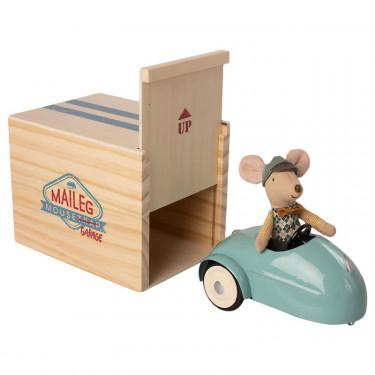 Petite souris et sa voiture de collection bleue avec garage Maileg