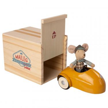 Petite souris et sa voiture de collection jaune avec garage Maileg